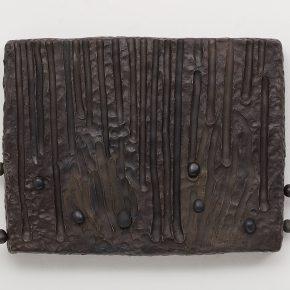 Erika Verzutti, Witch, 2018, bronce, piedras y arcilla polimérica, 45 x 59 x 10 cm. Edición de 3 + 2 PA. Cortesía: Andrew Kreps Gallery