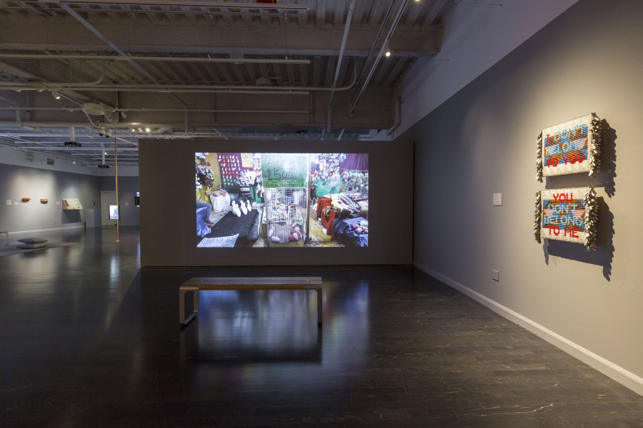 "Vista de la exposición ""A Decolonial Atlas: Strategies in Contemporary Art of the Americas"", en The Tufts University Art Galleries, Medford, Massachusetts, EEUU, 2018. Foto: Stewart Clements"