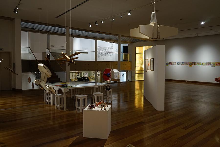 Vista de la muestra Radio Estación Locura de Oscar Morales, Jackson Andrade y José Reyes en el Museo de Artes Visuales, Santiago de Chile. Foto: Daniel Cerda Wegener, cortesía MAVI.
