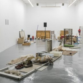 Vista de la muestra Memoria Selectiva de Adrián Melis en ADN Galería, Barcelona. Foto: cortesía de la galería.