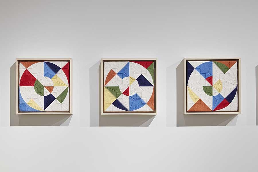 Vista de la muestra Cosmos Within a Cosmos de Eduardo Terrazas en la galería Timothy Taylor, Nueva York. Foto: Matthew Kroening, cortesía de Timothy Taylor London/New York.