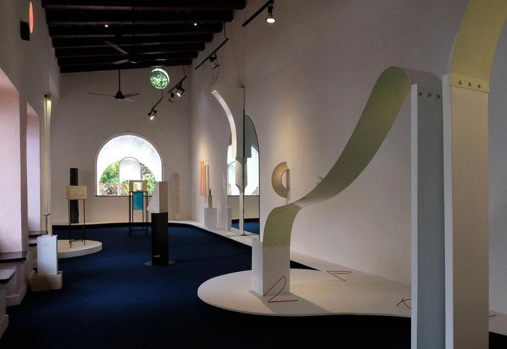 """Vista de la exposición """"How to stand"""", de Julia Aurora Guzmán, en Galería Mamey, Santo Domingo, República Dominicana, 2018. Cortesía de la artista"""