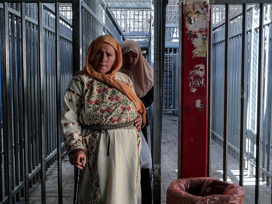 Checkpoint Qalandiya en Cisjordania, Palestina. Fotograma del documental Marea Humana del artista chino, próximo a estrenarse en Chile por Fundación CorpArtes. Foto: cortesía CorpArtes.