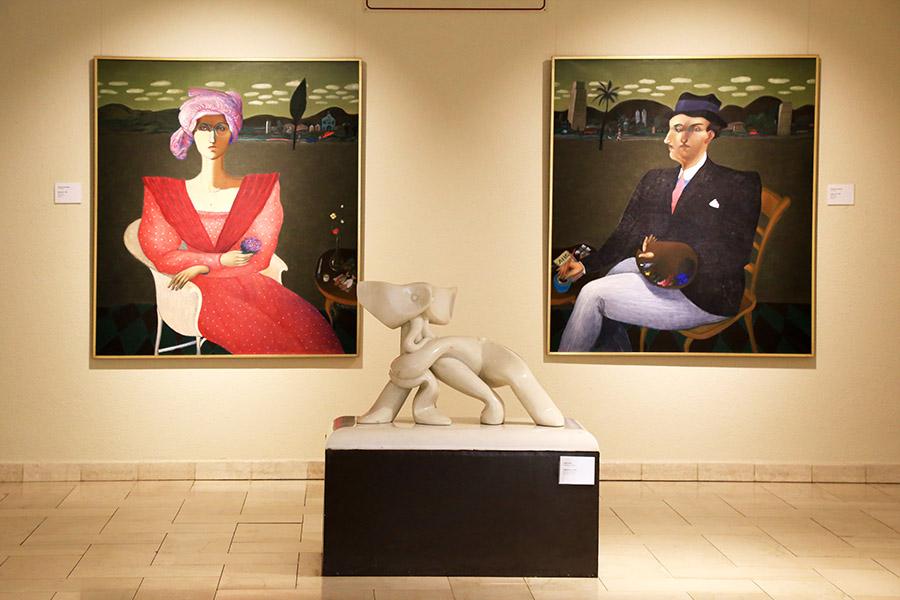 Obras de Gonzalo Cienfuegos, al fondo, parte de la Colección Ralli de Arte Latinoamericano en exhibición en el Museo Ralli de Santiago, Chile. Foto: cortesía del museo.