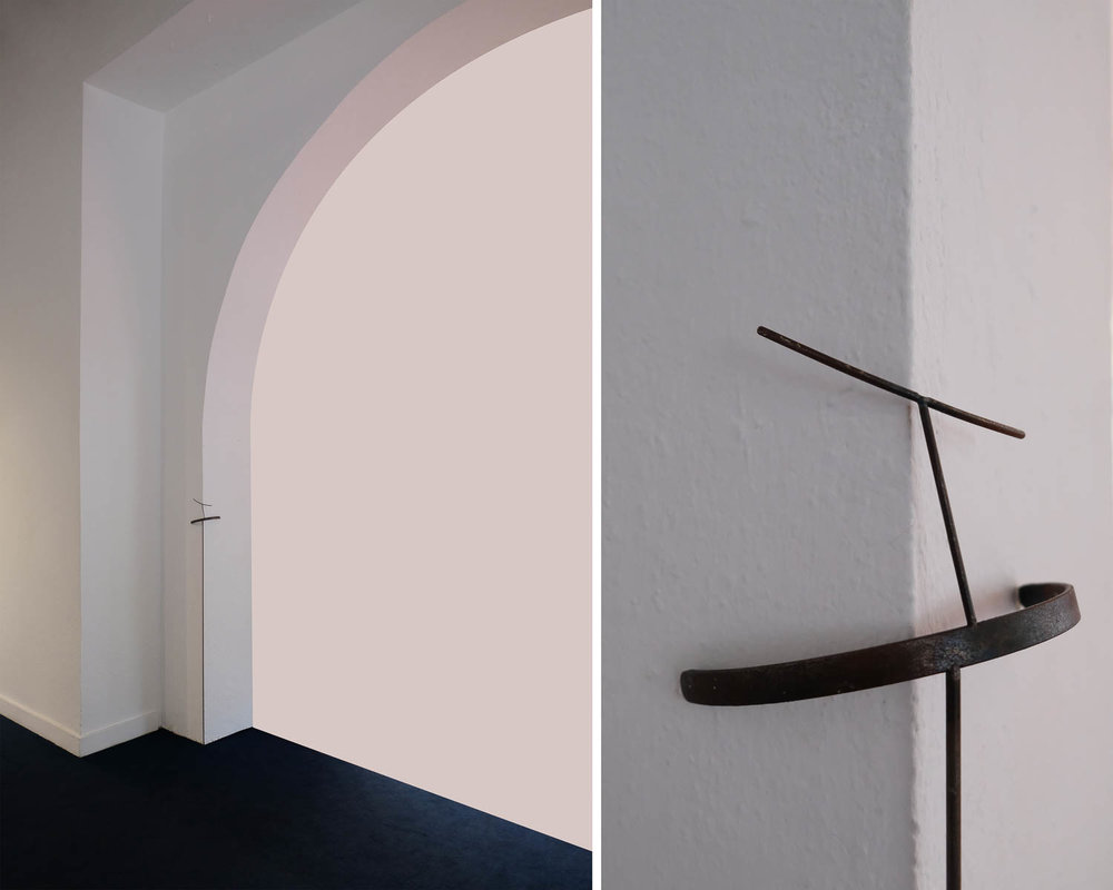 """Julia Aurora Guzmán, """"La Abrazadora"""", 2017, metal. Vista de la exposición """"How to stand"""", en Galería Mamey, Santo Domingo, República Dominicana, 2018. Cortesía de la artista"""