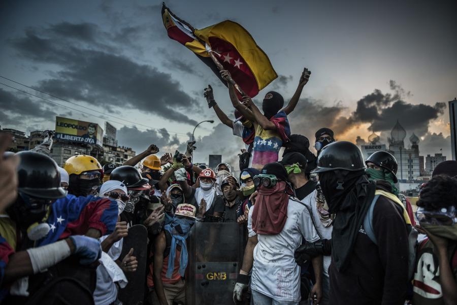 """Protestantes ondean la bandera de Venezuela en el Estado Táchira © Meridith Kohut para The New York Times. Parte de la muestra """"Verdades difíciles. Fotografías de The New York Times"""", en La Cárcel. Centro de Creación de Segovia, PHotoESPAÑA 2018"""