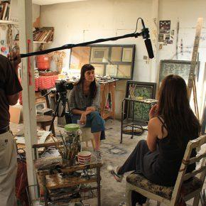 La artista y directora Kaudia Kemper durante la filmación de uno de los documentales. Foto: cortesía SXC Cooperativa de Artistas.