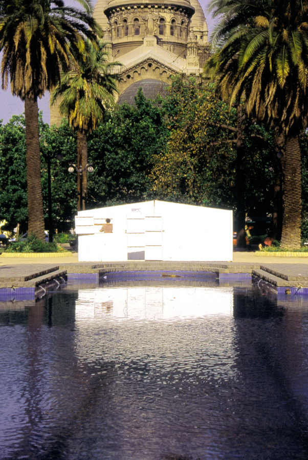 """""""Hiperdespacio"""", 2000, instalación de Hoffmann's House en Santiago Centro. Cortesía: H's H"""