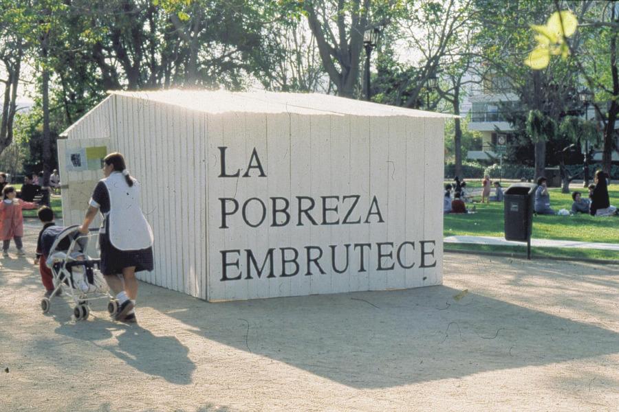 Cristián Silva, La pobreza embrutece, intervención en mediagua de Hoffmann's House, 1999. Cortesía: H's H
