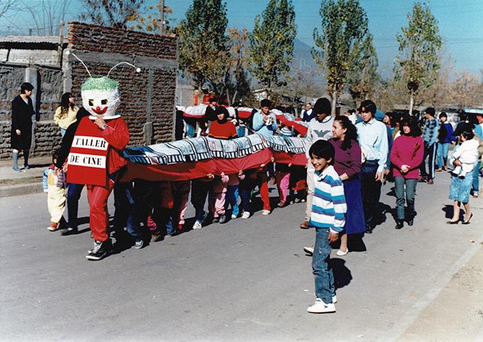 Taller de Cine para Niños, por Alicia Vega. Villa Conchalí, 1988. Cortesía: Galería Macchina/Fundación Alicia Vega