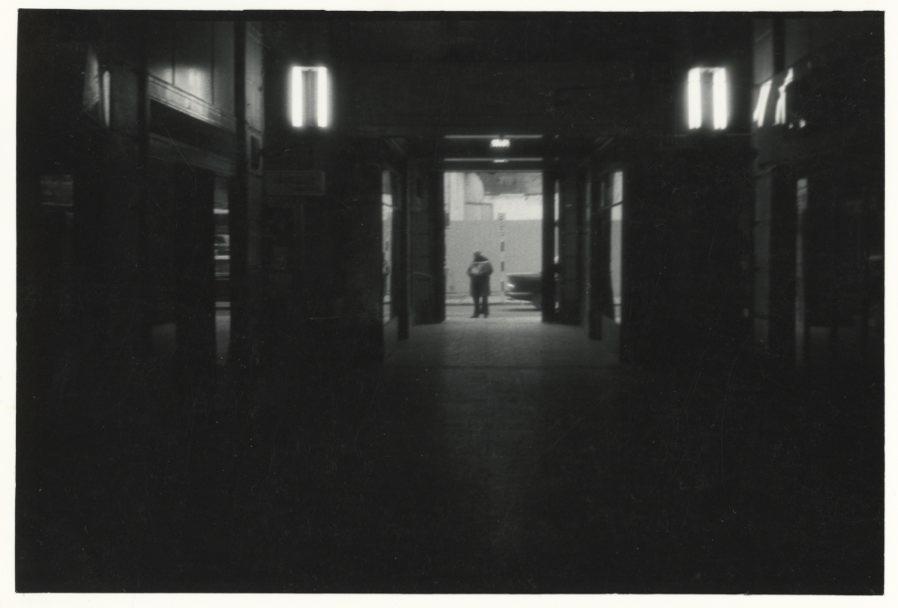 Mauricio Valenzuela, San Diego, 1980-1983, impresión vintage de gelatina de plata, 12,3 x 8,2 cm. Cortesía del artista y CF-LART, Londres