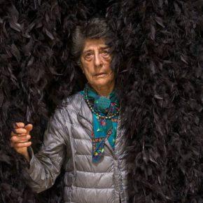 Esther Ferrer en Entrada a una exposición, 1990/2018. Plumas naturales de marabú blancas y negras, 2,30 x 1 x 3 m. Archivo Esther Ferrer © Esther Ferrer, VEGAP, Bilbao, 2018. Foto: Erika Ede