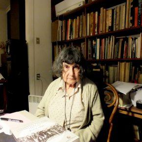 Alicia Vega en el comedor de su casa. Foto: Alejandra Rojas Contreras