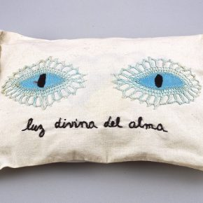 Feliciano Centurión, Luz divina del alma, c. 1996, almohada bordada a mano, 22,2 cm x 38 cm x 7,3 cm aprox. Colección Blanton Museum of Art, EEUU. Foto: Rick Hall
