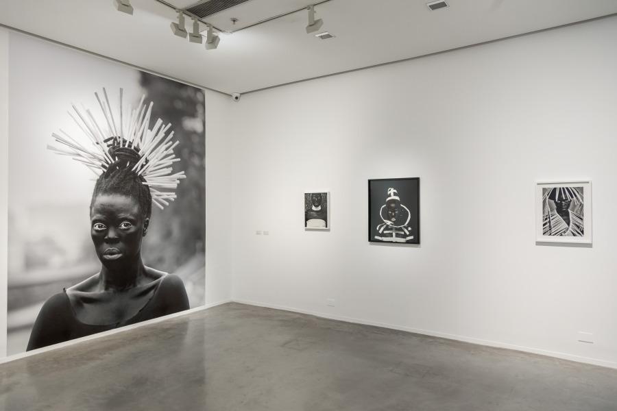 """Vista de la exposición """"Zanele Muholi: Somnyama Ngonyama [¡Salve, oscura leona!]"""", en el Museo de Arte Moderno de Buenos Aires, 2018. Foto cortesía del museo"""