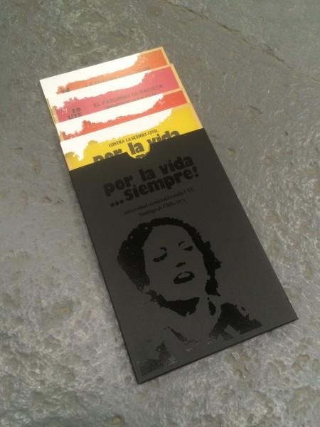 Por la vida… siempre!, 2014. Sobre contenedor de las 18 postales, 15.2 x 21.5 cm. Cortesía: Iván Navarro