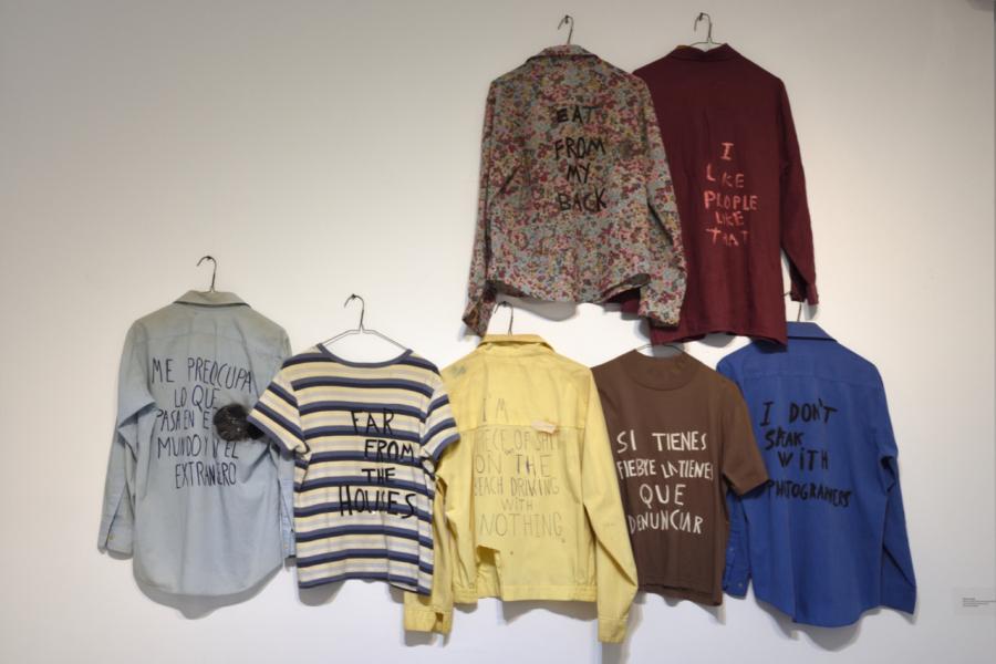Ezequiel O. Suárez, Lejos de las casas, 2002-2017. Camisas usadas intervenidas, perchas