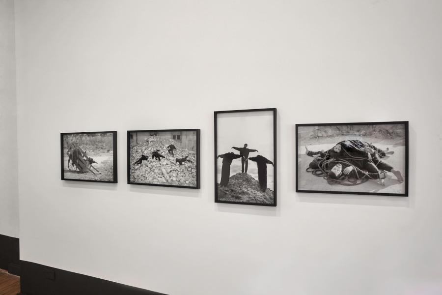 """Vista de la exposición """"Grupo Escombros. PANCARTAS,1988-2018. 30 años"""", en Walden, Buenos Aires, 2018. Cortesía de la galería"""
