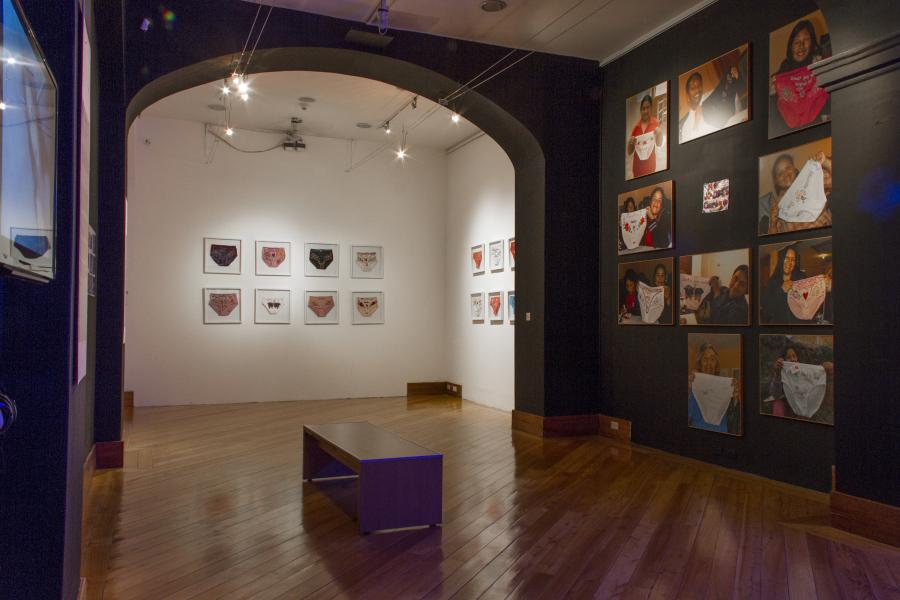 """Vista de la exposición """"En mis Quince Años, del encuentro de arte y comunidad al zur-ich"""", en Centro de Arte Contemporáneo de Quito (CAC), 2018. Cortesía del CAC"""