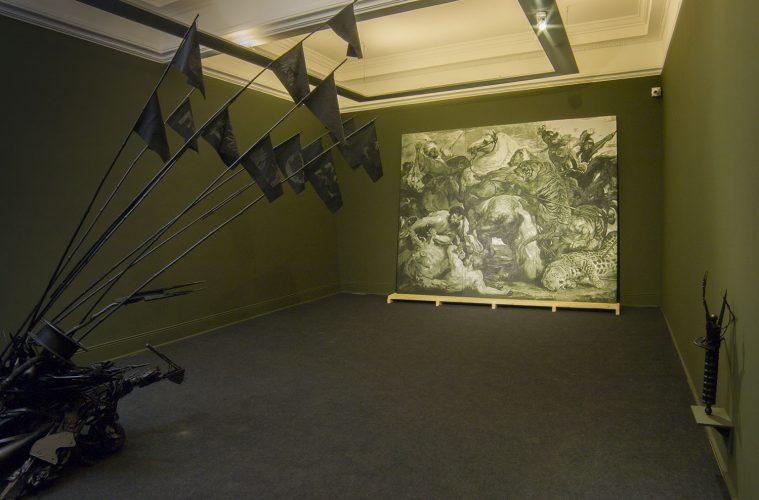 """Vista parcial de la exposición """"Ciudad Negra"""", de Víctor Hugo Bravo, en el Museo de la Solidaridad Salvador Allende (MSSA), Santiago de Chile, 2018. Cortesía: MSSA"""
