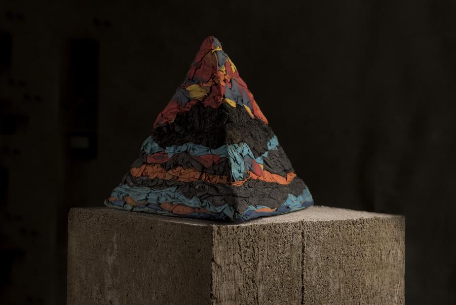 Jorge Eielson, Quipus Pirámide di stracci, 1965, pirámide de ropa de baño, 33 x 33 x 28 cm. Cortesía: Revolver, Lima