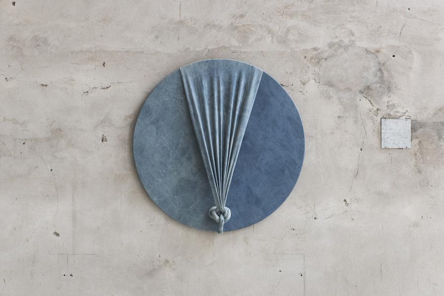 Jorge Eielson, Quipus 48 B, 2011, jean sobre bastidor de madera, Ø 90 cm. Cortesía: Revolver, Lima