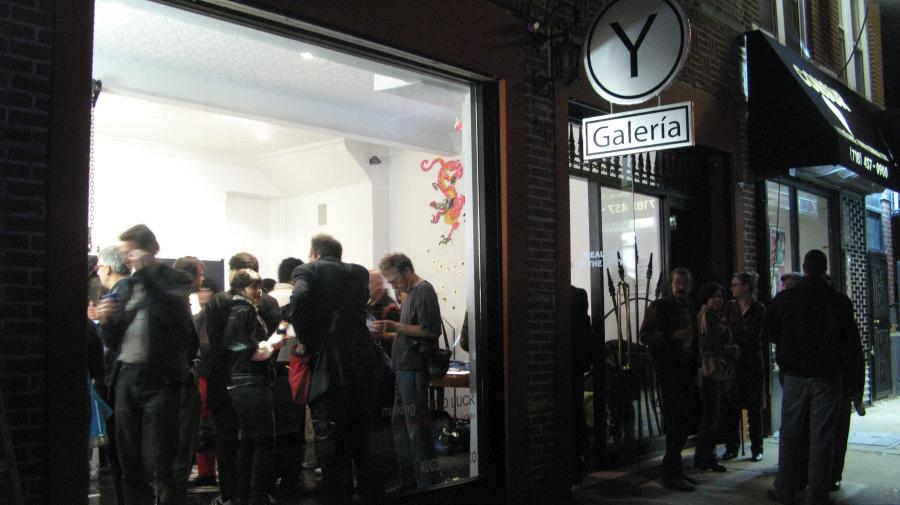 """Vistas de Y Gallery, su primera sede en Queens, Nueva York, durante la inauguración de """"Making Good Luck"""", curada por Larry Litt y Cecilia Jurado Chueca."""
