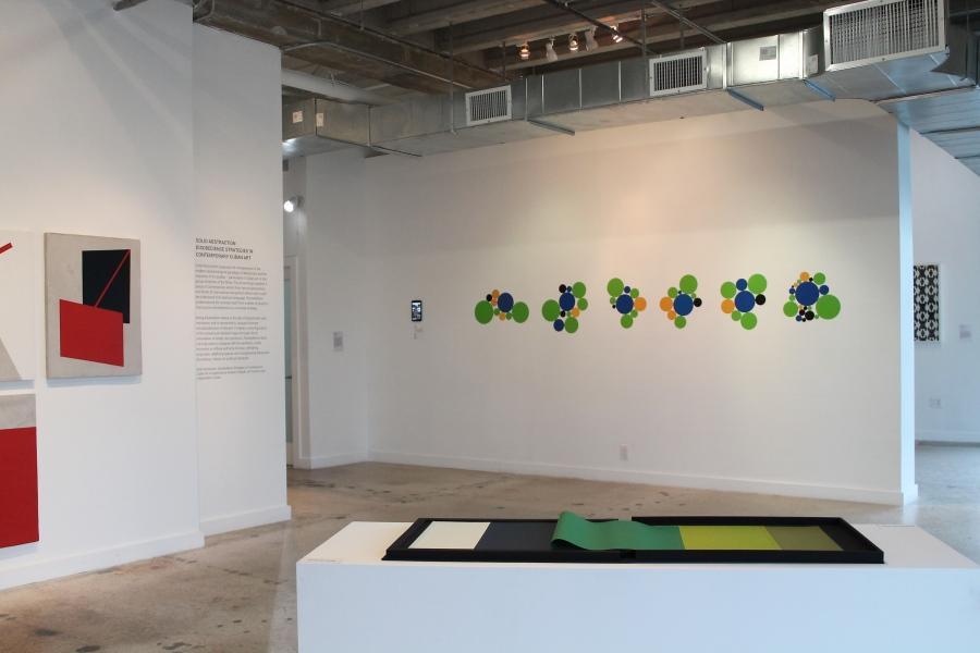 Vista de la exposición Abstracción Sólida. Estrategias desobedientes en el arte cubano contemporáneo (Solid Abstraction. Disobedience strategies in Contemporary Cuban Art), Miami Biennale, Miami, 2018. Foto: Pedro Avendaño