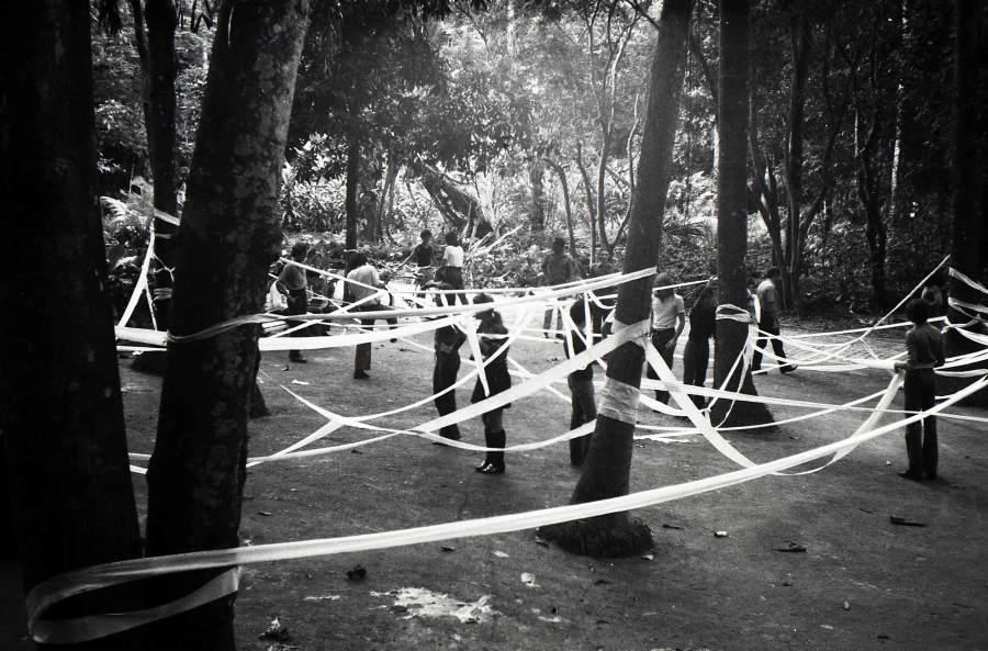 Artur Barrio, Trabalho realizado com 10 rolos de papel higiênico, 1970-1971. Parque Laje, Rio de Janeiro. Foto: César Carneiro. Archivo Artur Barrio