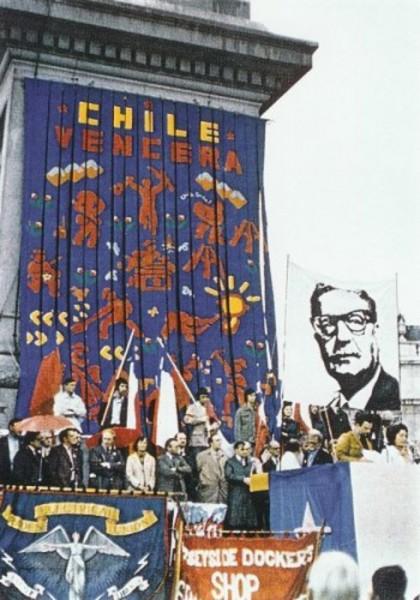 John Dugger, Chile Vencera Banner, 1974, textiles, técnica mxita. Instalación en Trafalgar Square © John Dugger