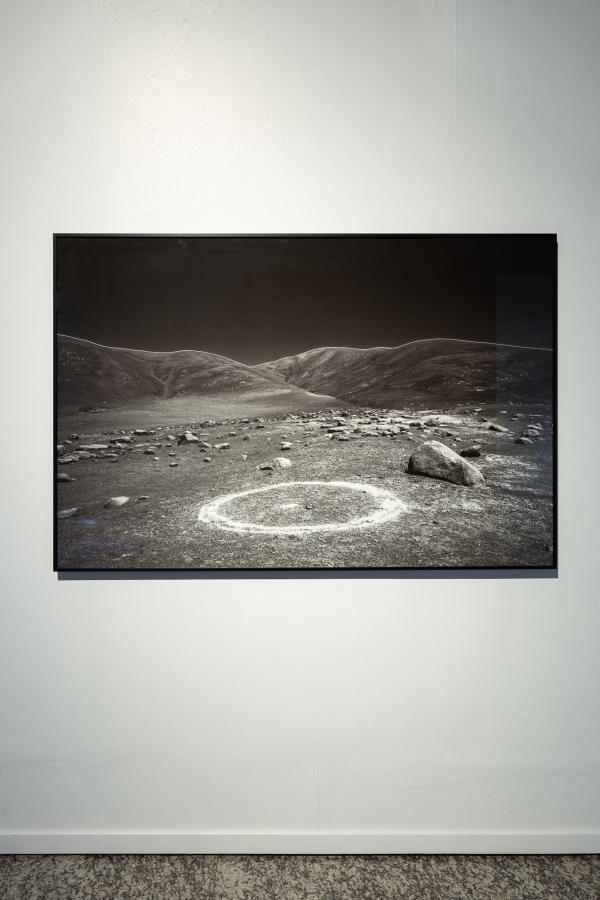 Catalina González, de la serie Pampa Negra, 2016, fotografía impresa en papel de algodón con pigmentos minerales, 110 x 165 cm. Cortesía de la artista. Foto: Felipe Ugalde