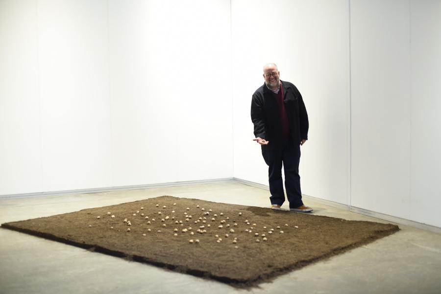 José Luis Blondet, curador de Proyectos Especiales del LACMA, y curador de la sección Solo Show de arteBA 2018, junto a la obra Letters to Earth (Cartas a la tierra), del artista argentino Eduardo Navarro. Cortesía: arteBA Fundación.