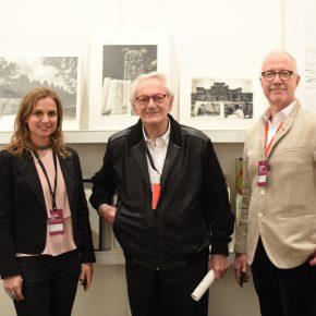 El artista Leandro Katz (centro) junto al director de la galería Henrique Faria, Mauro Herlitzka (der.). Foto cortesía arteBA Fundación