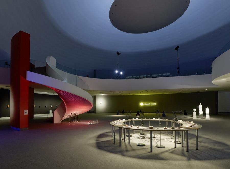 """Vista de la exposición """"The Global Symbol"""", de Avelino Sala, en el Centro Niemeyer Avilés, Asturias, España, 2018. Foto: Marcos Morilla"""