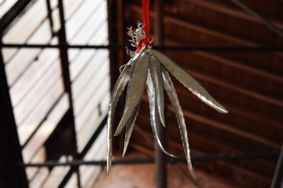 Juana Córdova, Lugar protegido, 2007, objeto de plata y pintura sobre pared, 250 x 90 cm. Cortesía de los curadores y Museo CAV La Neomudéjar ©2018
