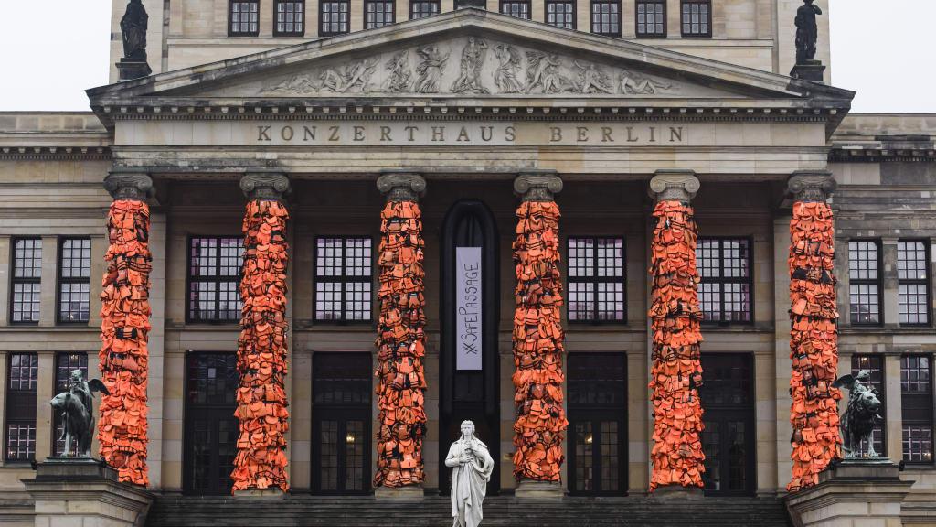 Ai Weiwei, Safe Passage, 2017. Columnas cubiertas de 14.000 chalecos salvavidas usados por refugiados. Imagen vía CNN