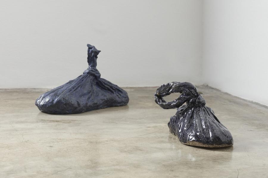 C.J. Chueca, Zapatos en bolsas de basura, 2018. Cerámica modelada a mano. Cortesía de la artista