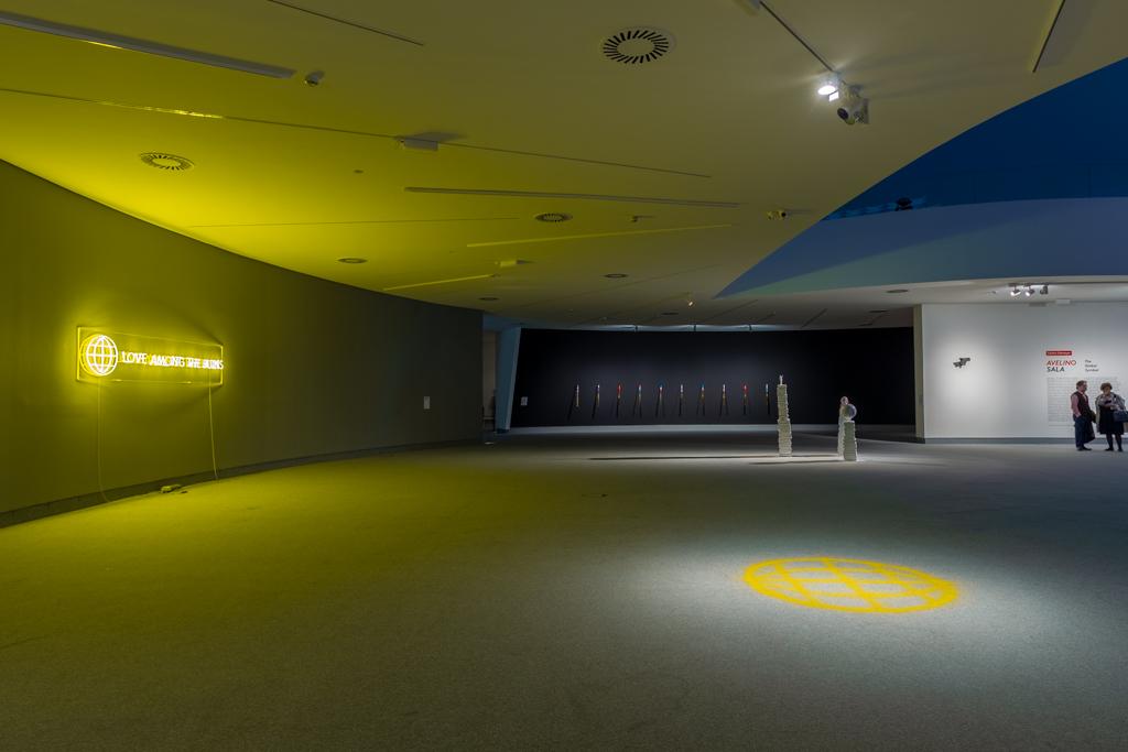 """Vista de la exposición """"The Global Symbol"""", de Avelino Sala, en el Centro Niemeyer Avilés, Asturias, España, 2018. Foto: Carranza"""