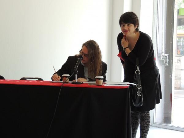 A la der.: Ximena Pezoa, encargada de la Colección de Arte Contemporáneo de la Galería Gabriela Mistral. Cortesía: GGM