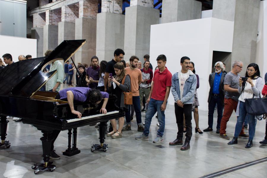 """Allora & Calzadilla, Stop, Repair, Prepare: Variations on """"Ode to Joy"""" for a Prepared Piano (Parar, reparar, preparar: variaciones de """"Oda a la alegría"""" para un piano preparado), 2008. Vista de la inauguración Museo de Arte Moderno de Medellín. Foto: Juan Felipe Barreiro. Cortesía MAMM"""