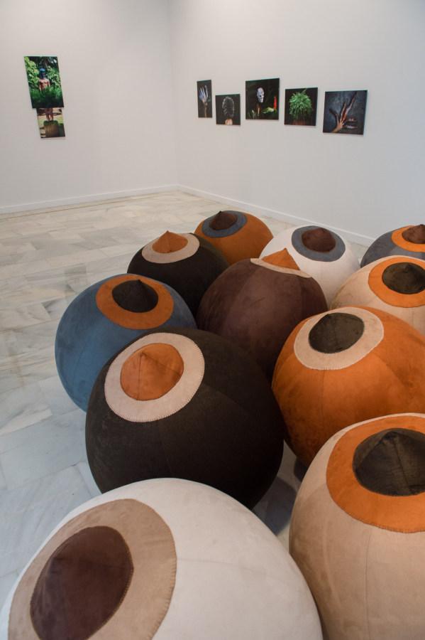 Raquel Paiewonsky, Bitch Balls, 2008, instalación con 12 pelotas de playa bordadas a mano, dimensiones variables. Foto: CAAM / Nacho González