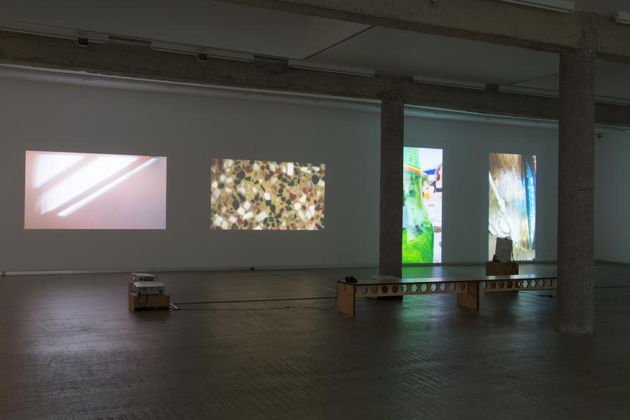 """Vista de la exposición """"Oscuros, como de noche"""", de Itziar Okariz, en CarrerasMugica, Bilbao, 2017. Cortesía de la galería"""