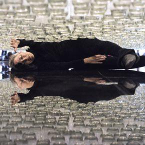 María José Arjona, Línea de vida, 2016,performance de larga duración. Botellas de vidrio, acrílico y cuerdas enceradas. Cortesía de la artista y LARA. Registro realizado en ocasión de su muestra en el Museo de Arte Moderno de Bogotá (Mambo), 2018