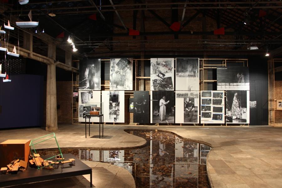 """Vista de la exposición """"Lugares de Delirio"""" en el SESC Pompeia, Sao Paulo, Brasil, 2018. Foto: Marcel Verrumo"""