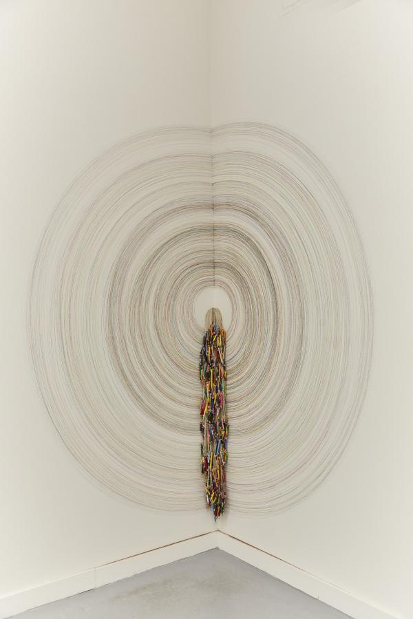 """Vista de la exposición """"Two Lines Twining a Soul (Dos líneas tocando un cántaro)"""", de Catalina Bauer, en Proxyco Gallery, Nueva York, 2018. Foto cortesía de Beca de Arte CCU, Santiago de Chile"""