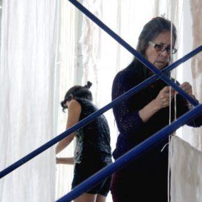 Cecilia Vicuña durante la instalación de la muestra Artists for Democracy, en el Museo de la Memoria y los Derechos Humanos, Santiago, 2013. Foto: Macarena Cortés