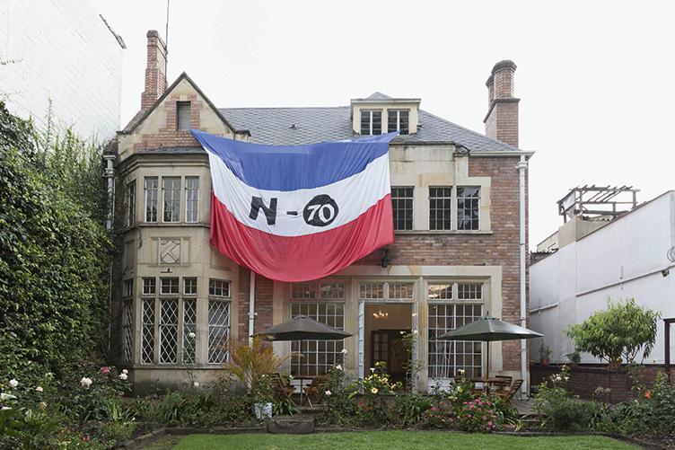David Escobar, N70, 2013, bandera en tela, 4 x 7 m. Cortesía: Miami