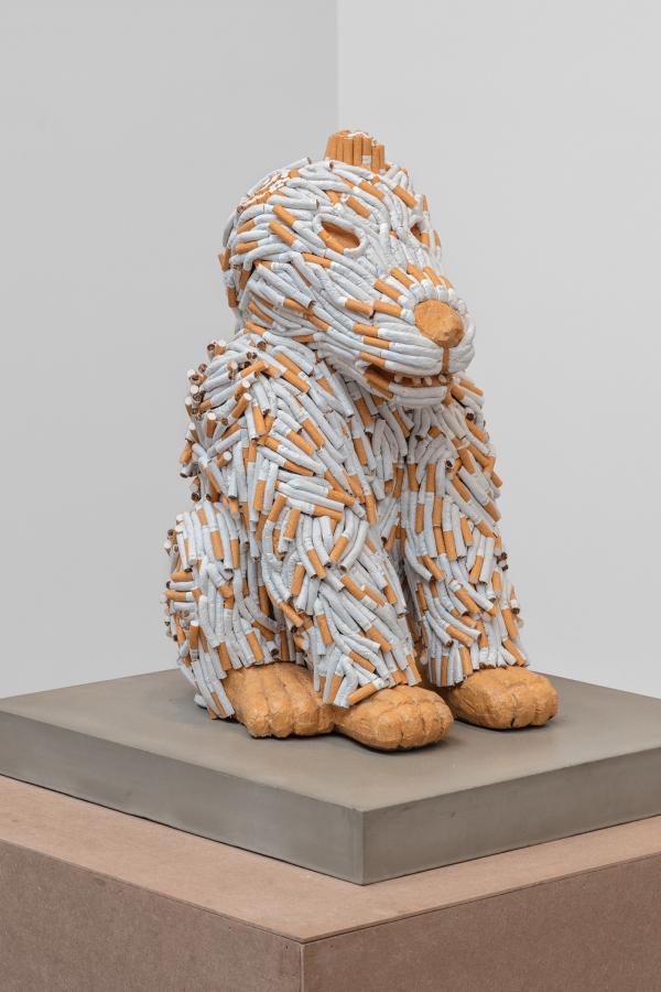 Sarah Lucas, Co-Yo-Te-Cojo, 2017, piedra tallada y cigarrillos, 58 x 46.5 x 53 cm. Cortesía de la artista y kurimanzutto, Ciudad de México. Foto: Omar Luis Olguín