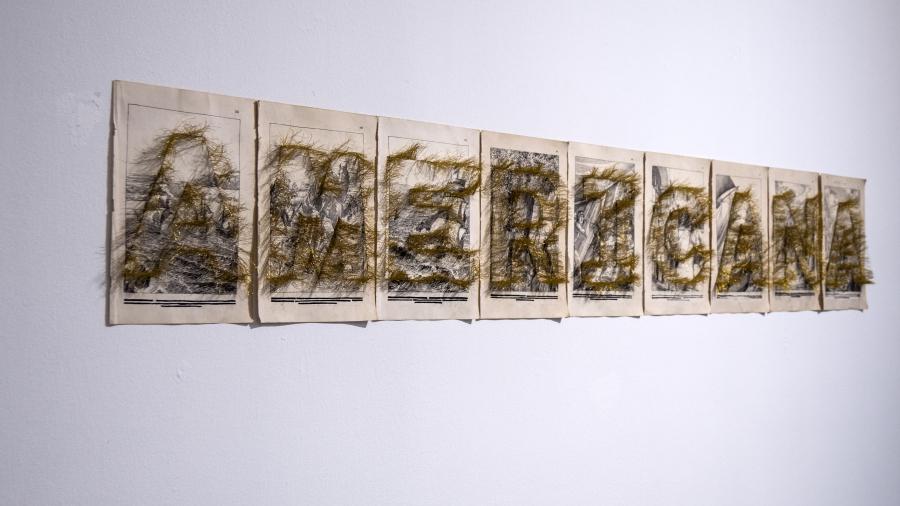 Loreto Carmona, Panorámica, 2016, letras bordadas con hilo dorado sobre grabados ilustrativos de la conquista y colonia española, 26 x 167 cm. Foto: Mariella Sola