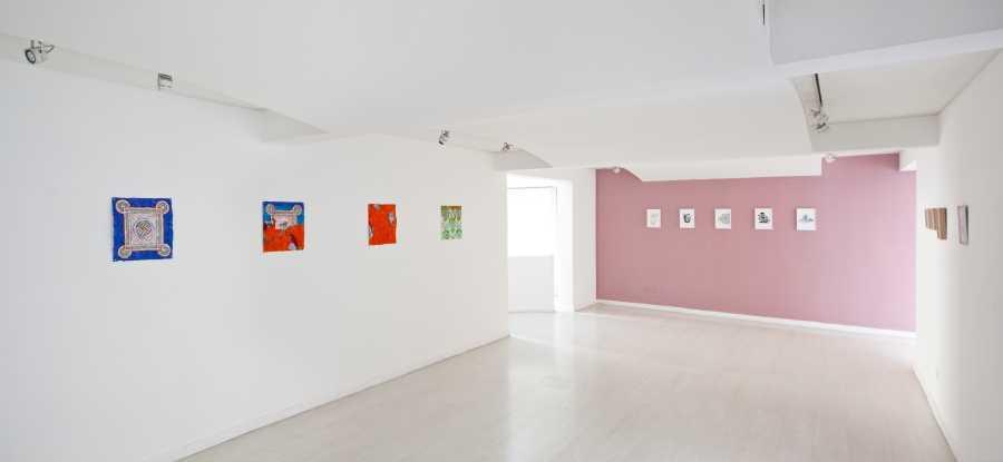 """Vista de la exposición """"Madre Perla"""", de Paula Dittborn, en Galería XS, Santiago de Chile, 2018. Foto: Sebastián Mejía"""